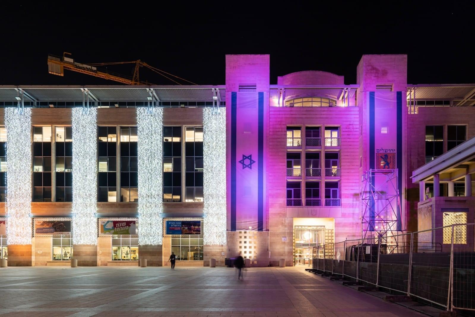 בניין עיריית ירושלים מואר בוורוד לרגל חודש המודעות לסרטן השד. צילום: נדב קורן