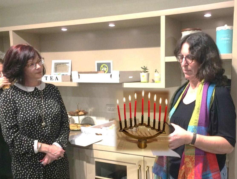 חנה גורן, מתנדבת העמותה וגילי-ה כהן, מנהלת תחום מערך גילוי מוקדם מדליקות נר שמיני של חנוכה