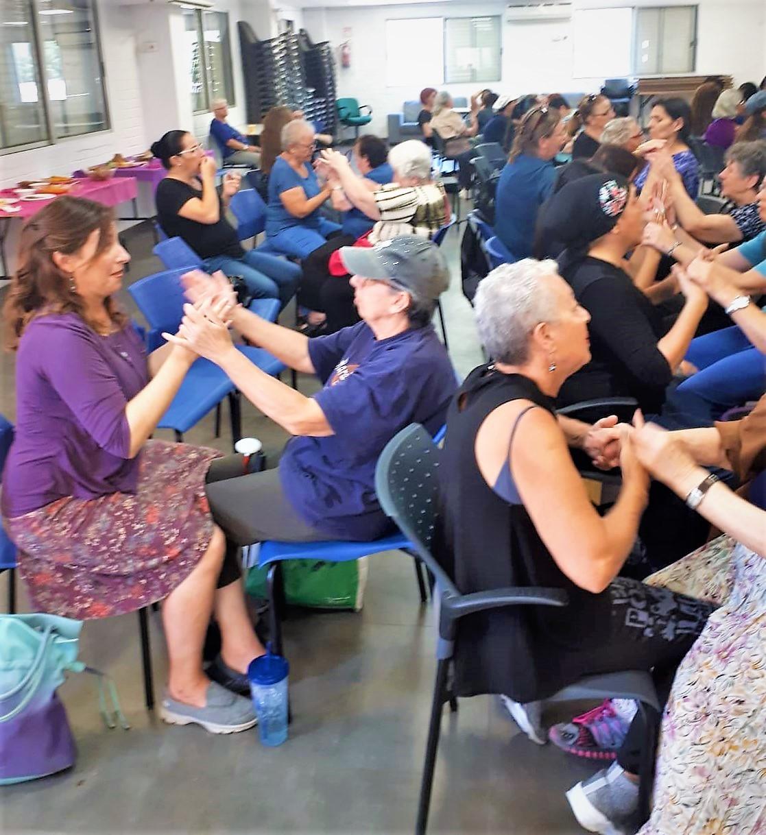 מפגש גילוי מוקדם לנשים חירשות עיוורות בסניף של אגודת החרשים בישראל
