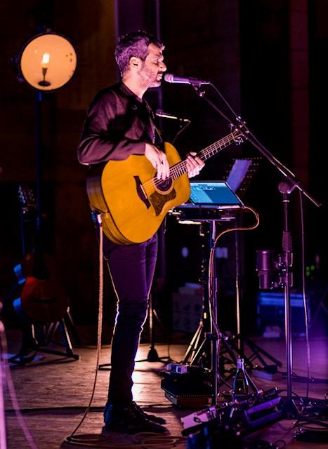 הזמר עידן רפאל חביב במופע ההתרמה לקו ליטל