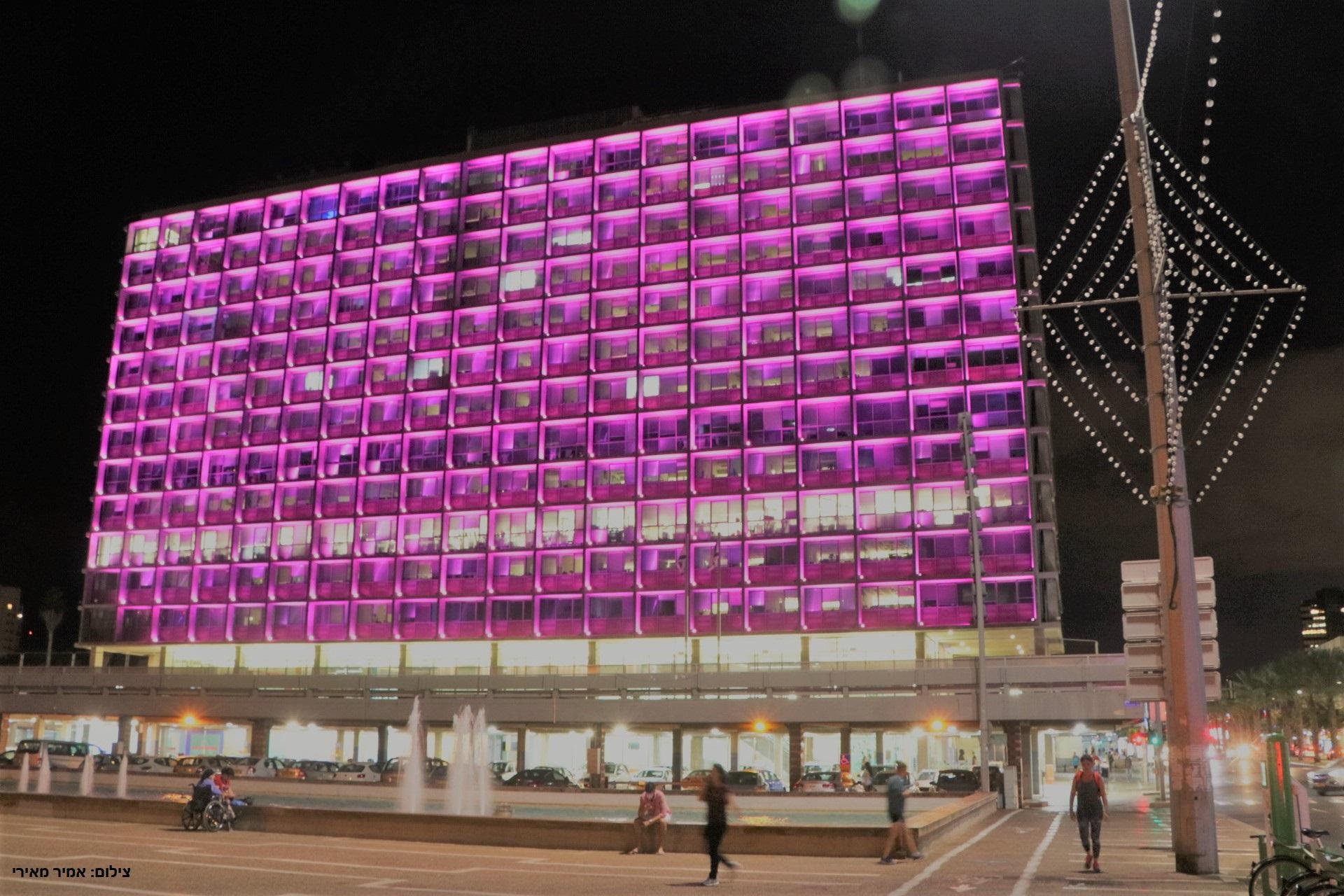 בניין עיריית תל אביב מואר בוורוד לרגל חודש המודעות לסרטן השד 2017