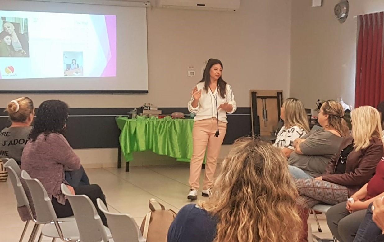 שסי שפירא, מנחה למיניות מיטיבה ומתנדבת ב'אחת מתשע' בהרצאה על זוגיות ואינטימיות לצד המחלה